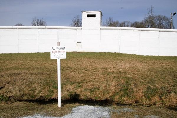 Grenzmauer mit Wachturm an der ehemaligen innerdeutschen Grenze in Mödlareuth