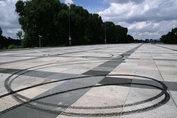 Reifenabriebspuren auf dem Reichsparteitagsgelände in Nürnberg